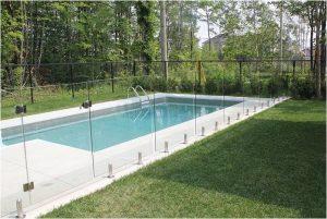 Protection-piscine-en-verre-sans-poteau