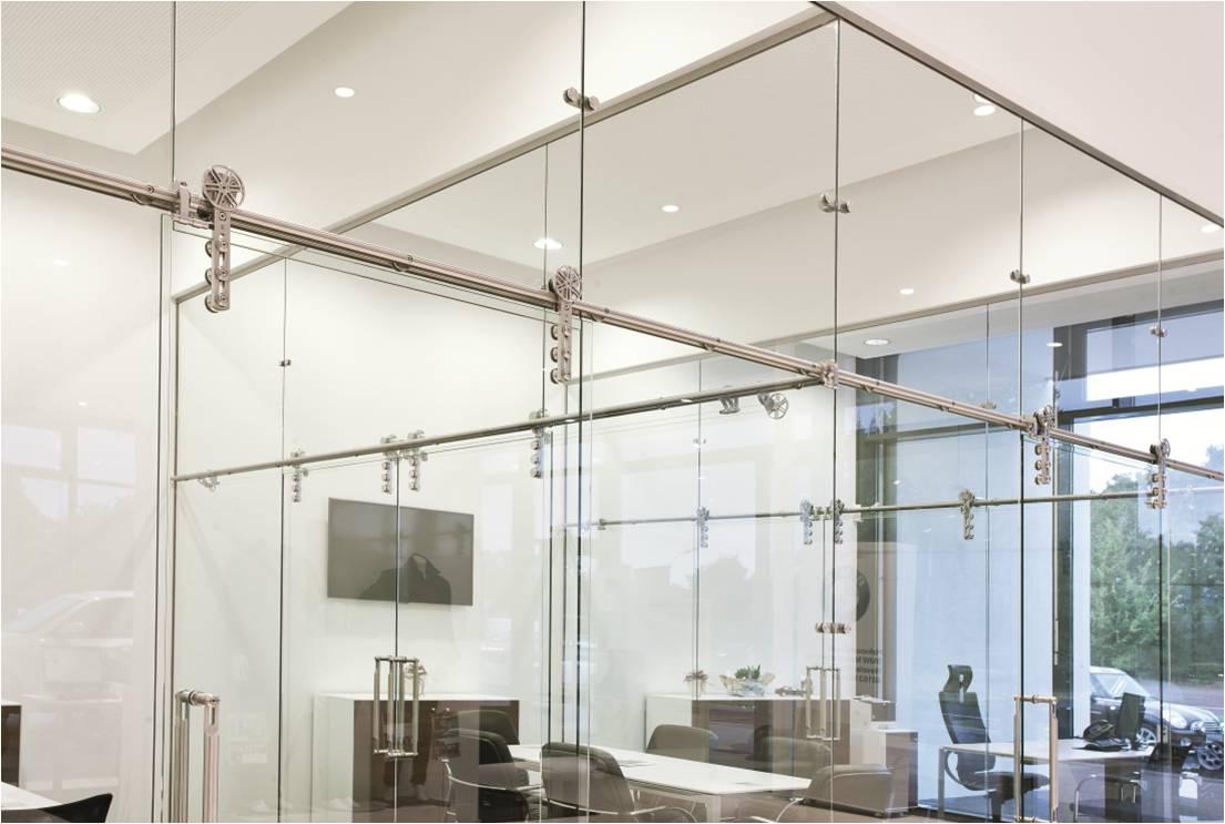 Séparation et porte coulissante en verre  avec système CHRONOS de MWE