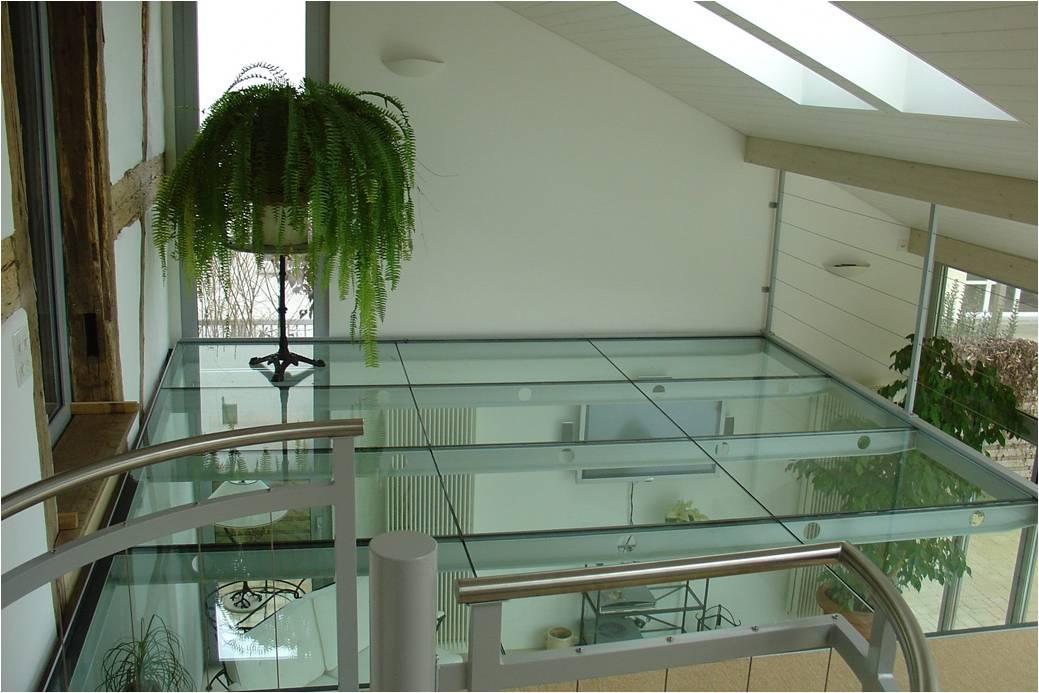 Sol en verre avec une structure en acier laquée blanc