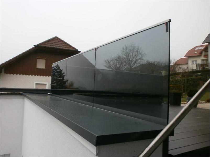 Garde corps en verre teinté avec un petit profil sur le bord supérieur pour protéger le verre contre les infiltrations d